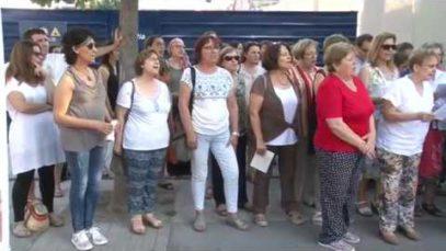 Desenes de persones canten a Igualada per la llibertat i la pau en motiu del Dia Mundial dels Refugiats