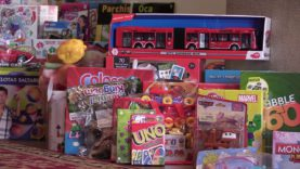 El vestíbul de l'Ajuntament acull la marató de recollida de joguines d'Igualada