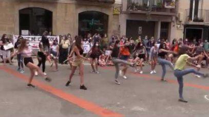 Un centenar de persones es concentren davant del Consell Comarcal per protestar contra el tancament de l'Escola de Dansa