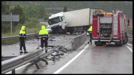 Un camió accidentat talla la C-55 a Manresa