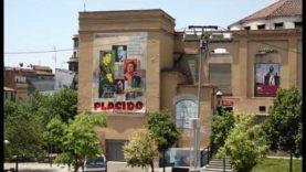 El gran mural que recorda l'estret lligam entre Manresa i la pel·lícula Plácido ha quedat aquest dilluns al matí penjat a la plaça Sant Domènec de Manresa